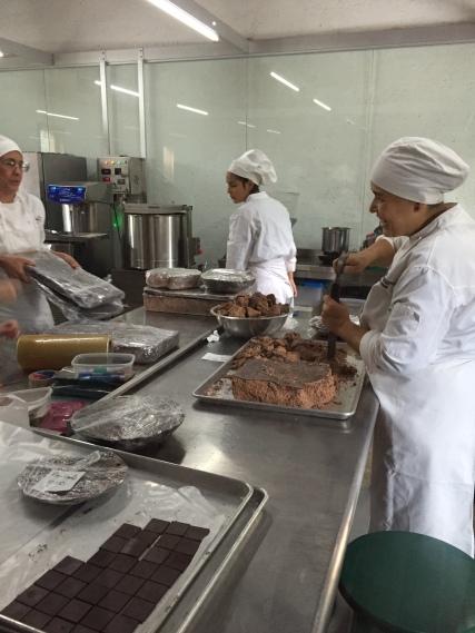 No laboratório, os funcionários transformam os grãos em barras